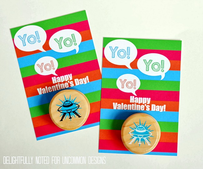 Adorable free Printable Yo-Yo Valentine's Cards! A perfect classroom treat idea! #valentinesday #freeprintable